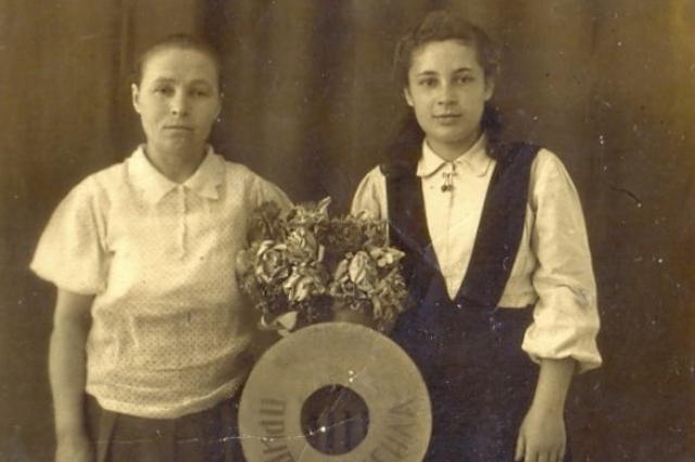 Мама родная слева и Лилия.