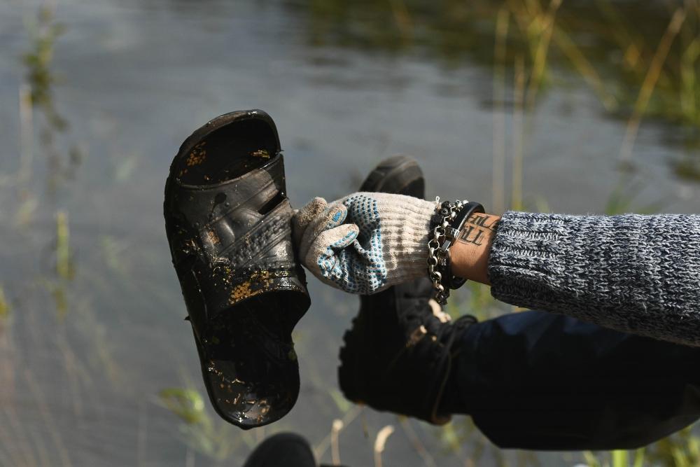 В реке добровольцы нашли сковородки, стулья и несколько видов обуви — от тапочек до кроссовок.
