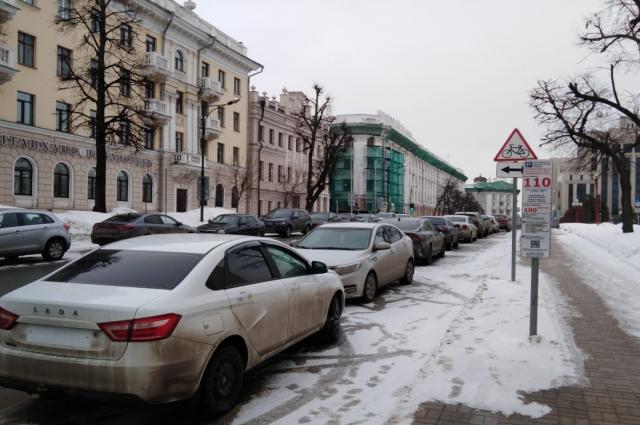 Законопослушные автомобилисты готовы платить за парковку, но приезжают – а места заняты.