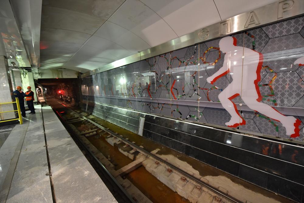 Колонны оформлены белым мрамором с красными вставками, а по путевым стенам установлены ударопрочные стеклянные панно на футбольную тематику