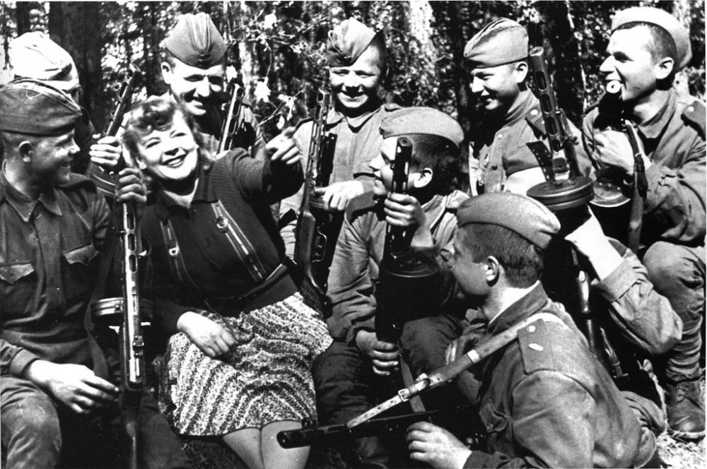 Во время концерта перед бойцами Красной Армии, 1943 год