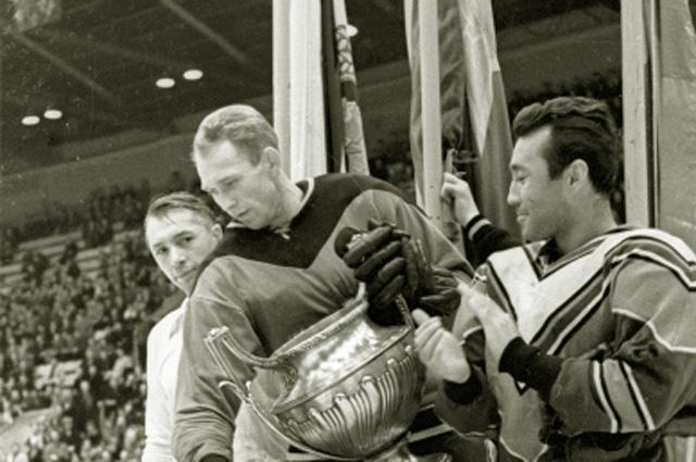 Лучший защитник мира Николай Сологубов (в центре). 1960 год
