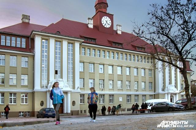 Корпус БФУ им. И. Канта на ул. Чернышевского не узнать, даже часы запустили.