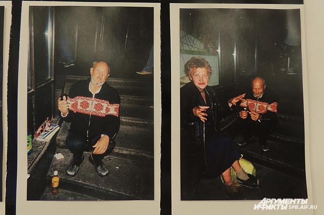 Героями фото стали такие же бездомные.