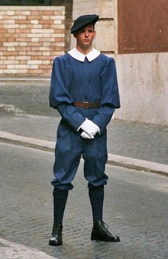 Швейцарский гвардеец в повседневной форме