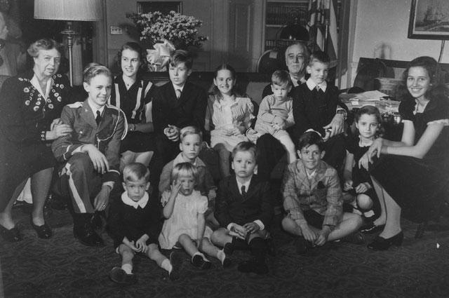 Франклин Рузвельт С женой и тринадцатью внуками. Январь 1945 года.