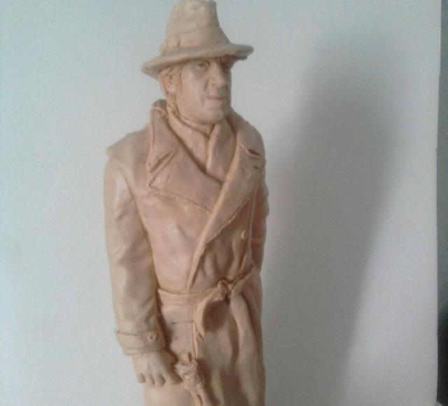 Знаменитый герой фильма «Место встречи изменить нельзя» изображен в плаще и шляпе.