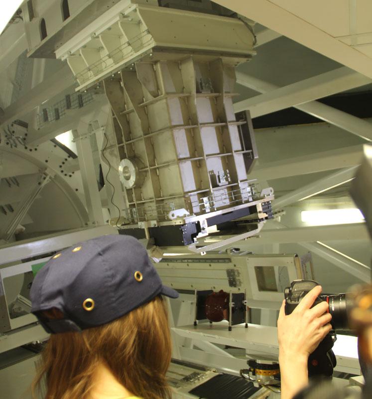 Тяжеленная «протонная пушка» крутится вокруг ложа пациента на сферических конструкциях как лёгкая пушинка.