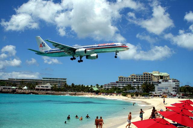 Boeing 757-200 авиакомпании American Airlines совершает посадку над головами туристов