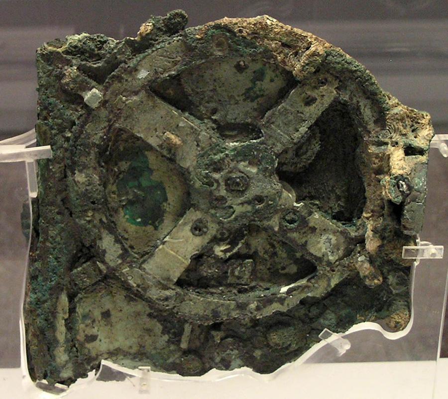 Антикитерский механизм, хранящийся в Национальном археологическом музее в Афинах.