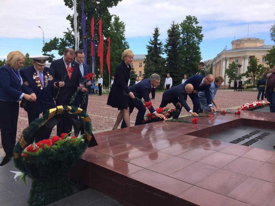 Цветы к мемориалу павших возлагает руководство города и республики