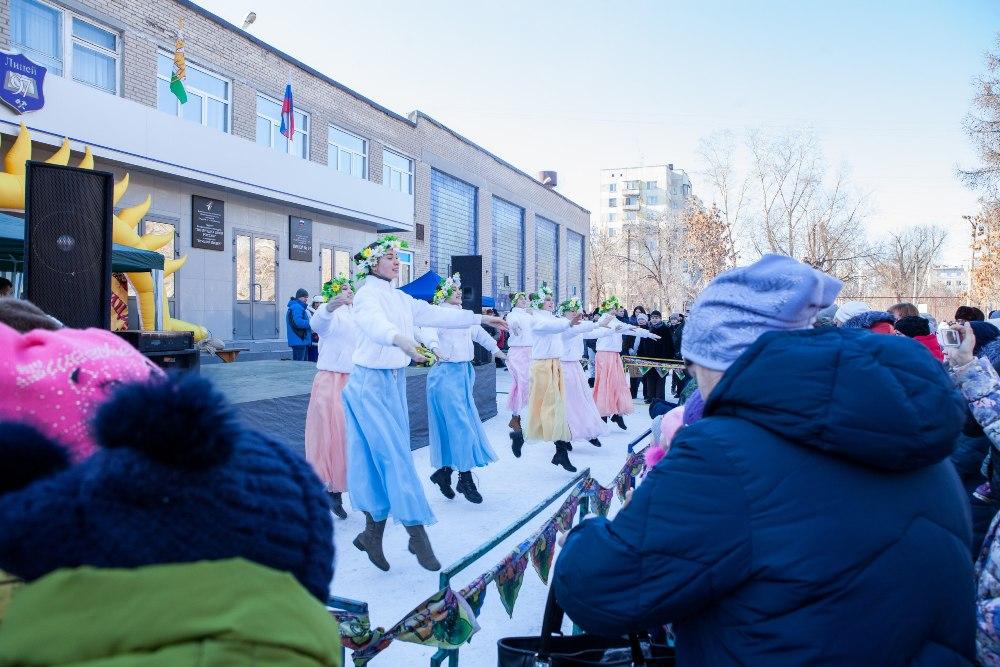 На празднике выступали вокальные и танцевальные коллективы.