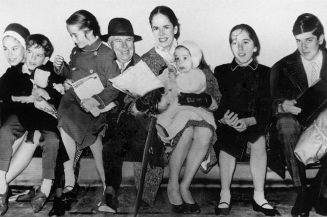 Чарли Чаплин c женой Уной и детьми. 1961 г.