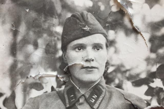 Племянница хранит старые фотографии своей тете, чтобы передать своим детям