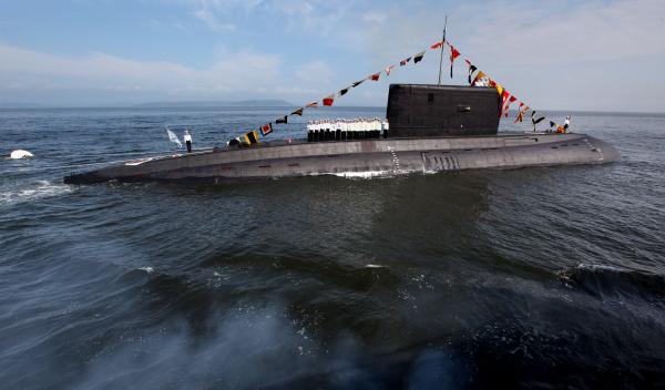 Дизельная подводная лодка класса Варшавянка в парадном строю на генеральной репетиции парада к Дню военно-морского флота во Владивостоке