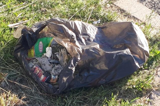 Выбрасывать в мусор просроченные продукты запрещено.
