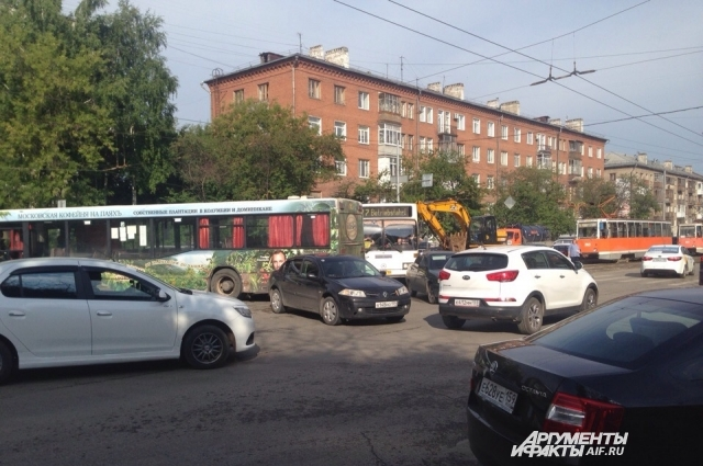 На перекрёстке столкнулись автобус и автомобиль.