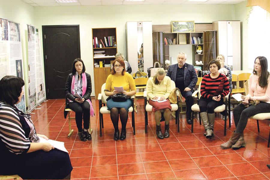 В кризисном центре в рамках проекта одинокие мамы получают консультации соцработника.