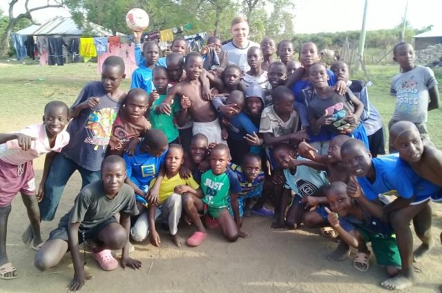 Южноуралец помогает детям учиться, лечиться, собирает средства на питание и медикаменты.