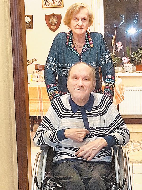 Евгения Вячеславовна с сыном. Юрий всю жизнь прикован к инвалидному креслу– унего детский церебральный паралич.