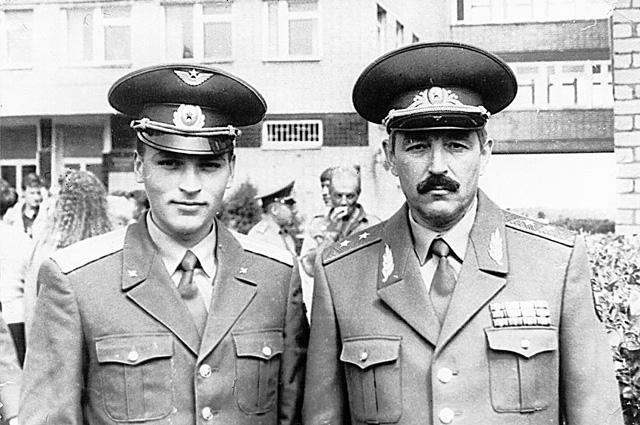 С сыном Олегом после вручения ему лейтенантских погон, 1993 г.