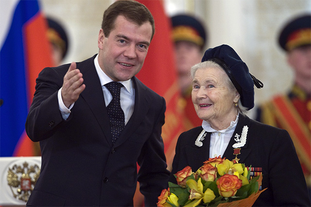 4 декабря 2009 г. Президент России Дмитрий Медведев и участник освобождения Белграда Екатерина Демина на церемонии награждения в Кремле ветеранов ВОВ юбилейными медалями «65 лет Победы в Великой Отечественной войне 1941-1945 годов».