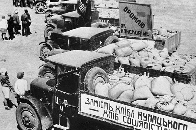 Грузовики сзерном, собранным вколхозе «Каховка» для голодающих. 1930 г.