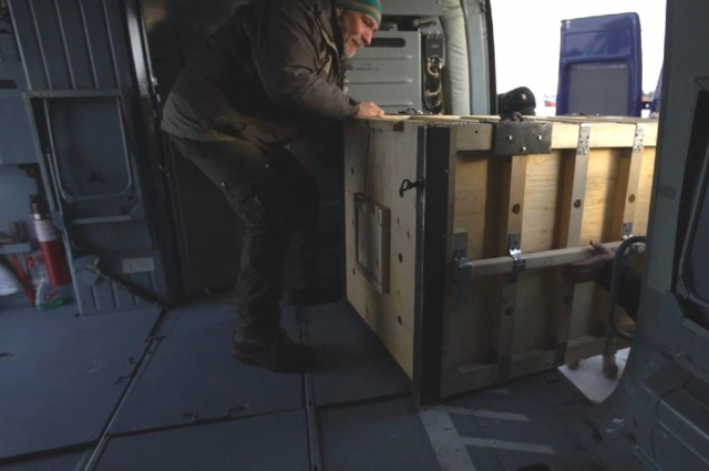 Перевозили раненную самку снежного барса из заповедника в Красноярск на вертолёте.
