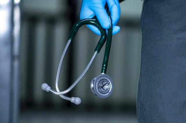 В наше непростое время врачи оказывают неоценимую помощь людям.