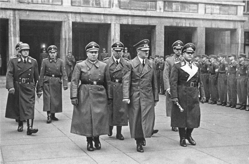 Мартин Борман (крайний слева в первом ряду), 1941 год.