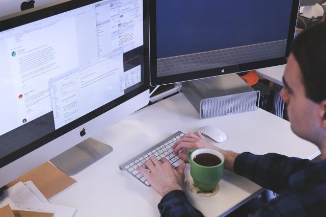 Основной закон эргономики для компьютеров - монитор перед глазами.