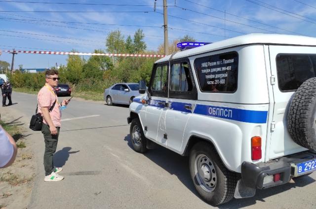 Место происшествия оцепили лентой, журналистов и местных жителей не пускают.