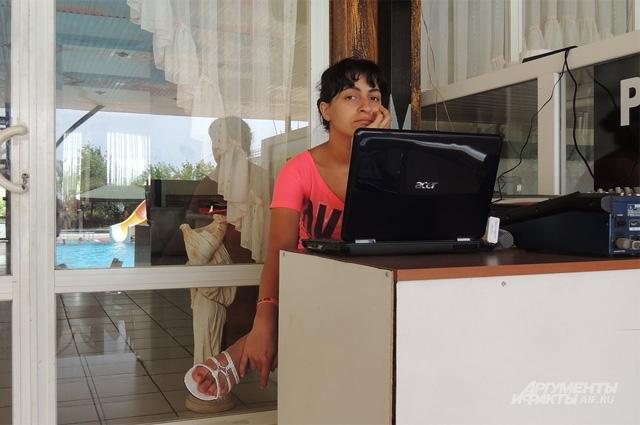 Аниматор Вика, сестра Эдика, бросила проводить праздник для детей, когда возникла угроза жизни её брата