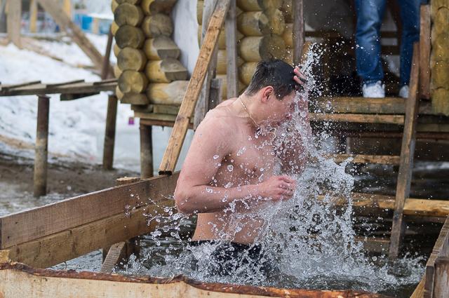Россиян в крещение трудно испугать ледяной водой.