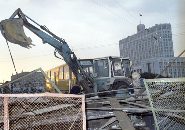 Баррикады, возведённые у здания Верховного Совета РСФСР в Москве