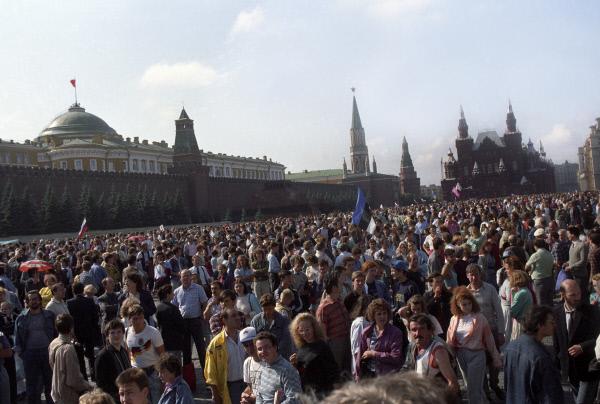 Москвичи и гости столицы на Красной площади 22 августа 1991 года