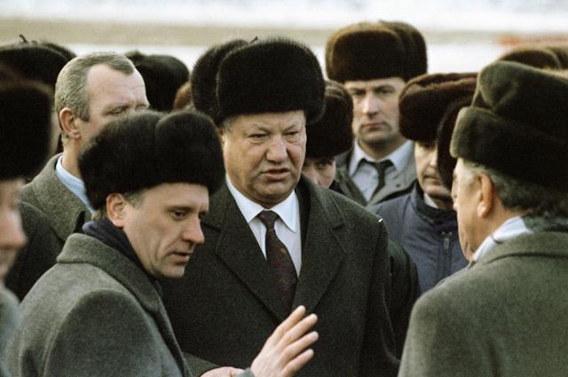 Президент России Борис Николаевич Ельцин (в центре) и вице-премьер правительства РФ Геннадий Бурбулис (слева) в аэропорту Минска во время встречи глав государств - членов СНГ. 1991 год.