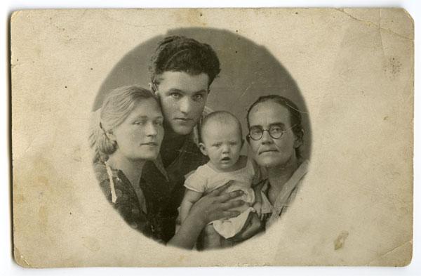 1936 г. Ургенч. Аня с бабушкой, мамой и отцом.