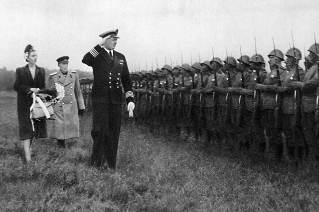 Кронпринц Фредерик, кронпринцесса Ингрид, и губернатор острова Стеманн с командующим советскими войсками генералом Федором Коротковым обходят строй советских войск.