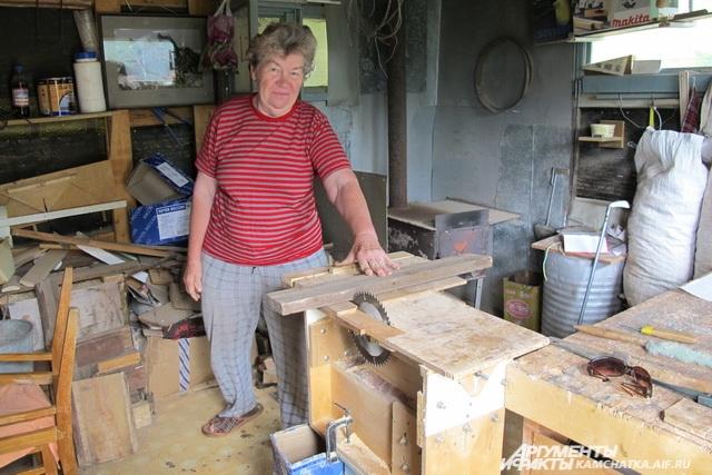 Все работы на участке и по дому Лидия Петровна делает сама.