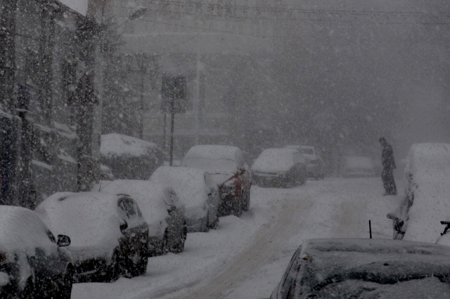 Ростовские снегопады, порой, не оставляют водителям никаких шансов доехать  до нужного места.