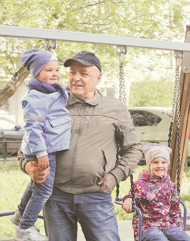 Вокруг дома, который Виктор Андриевский по-прежнему назы- вает новым, много площадок, где можно гулять с внуками.