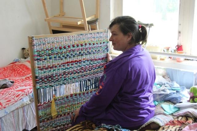 Маргарита за плетением коврика.