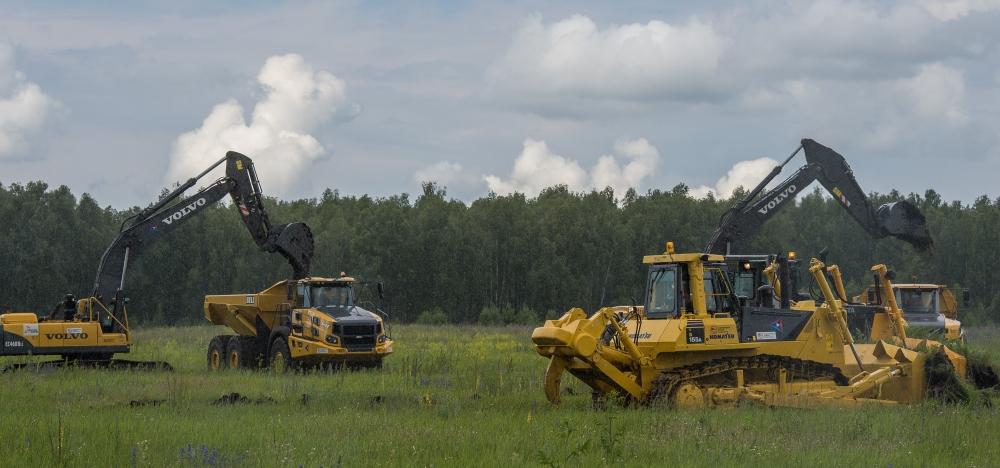Повинуясь команде начать разработку месторождения, практически одновременно взревели десятки моторов, и по площади будущего рудного карьера пошла техника.