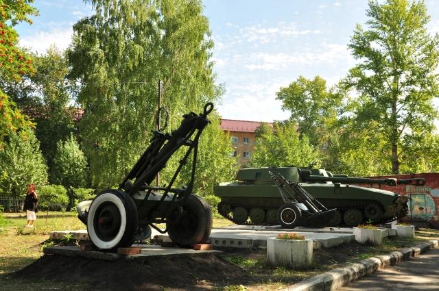 Миномёт на колёсном ходу. Это артиллерийское орудие, отличающееся отсутствием противооткатных устройств и лафета.