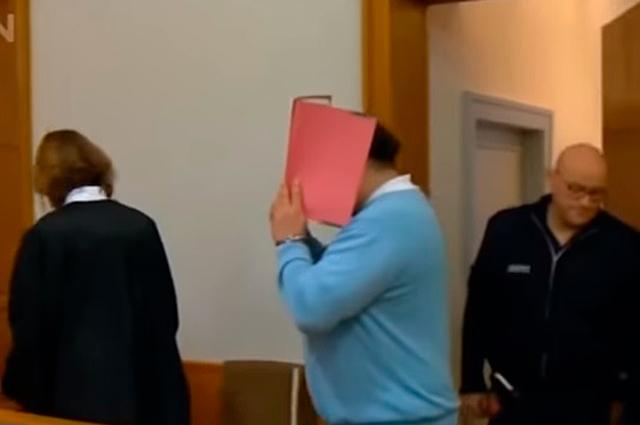 Нильс Хегель (в центре), в суде.