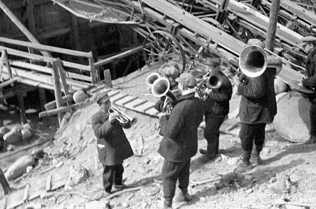 Самодеятельный оркестр на строительстве канала Москва-Волга. 1933 г.