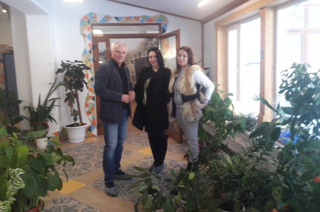 Анна Субарева и Марина Фогель вместе с директором благотворительного центра Валерием Евстигнеевым.
