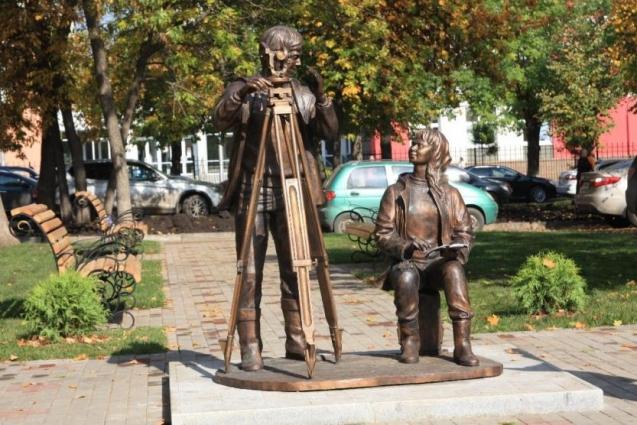 Скульптурная композиция «Геодезисты» на ул. Крупской рядом с домом-музеем им. В.И. Ленина и зданием Росреестра.