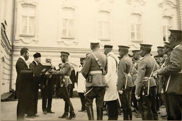 Столыпин (в белом мундире справа) при представлении императору еврейской делегации и поднесении ею Торы. 30 августа 1911 г
